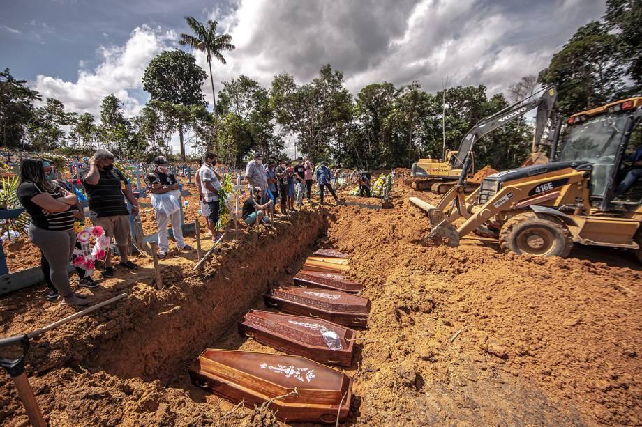 Com o mínimo de cinco caixões para acionar as máquinas, todos os enterros são coletivos