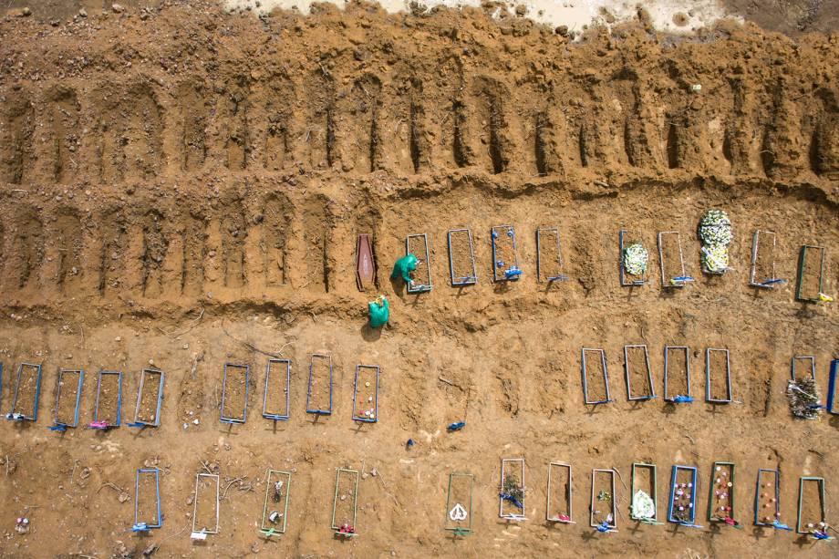 Pelo aumento de mortes, as valas foram preparadas com antecedência para receber novos caixões