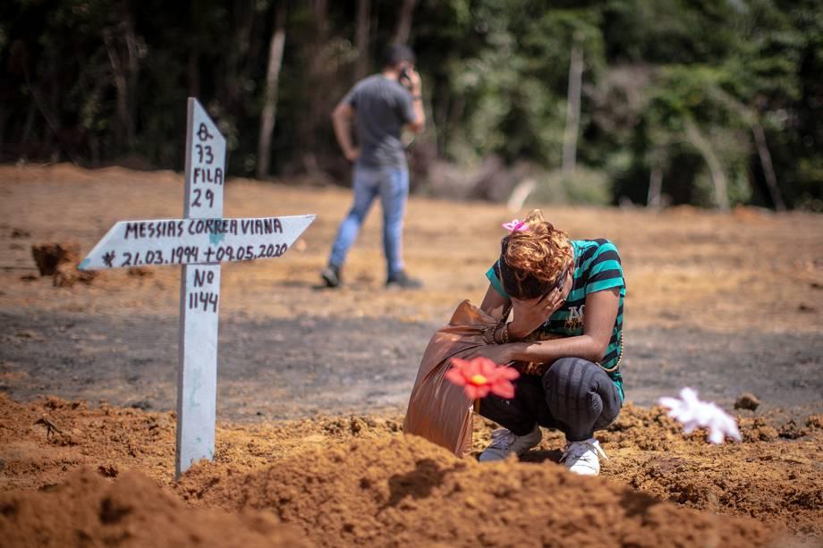 Durante o enterro coletivo, com casos suspeitos de Covid-19, uma mãe se emocionou ao se despedir do filho, assassinado em Manaus