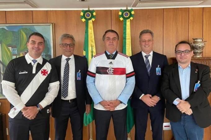 Jair Bolsonaro com Flávio Bolsonaro e os presidentes de Vasco e Flamengo