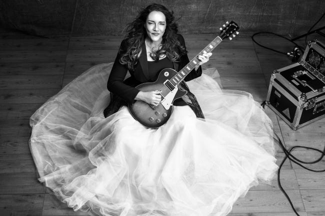 Ana Carolina prepara um repertório na guitarra e no violão