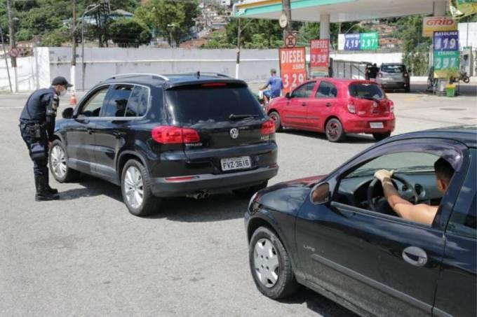 Bloqueio de carros na entrada de Santos