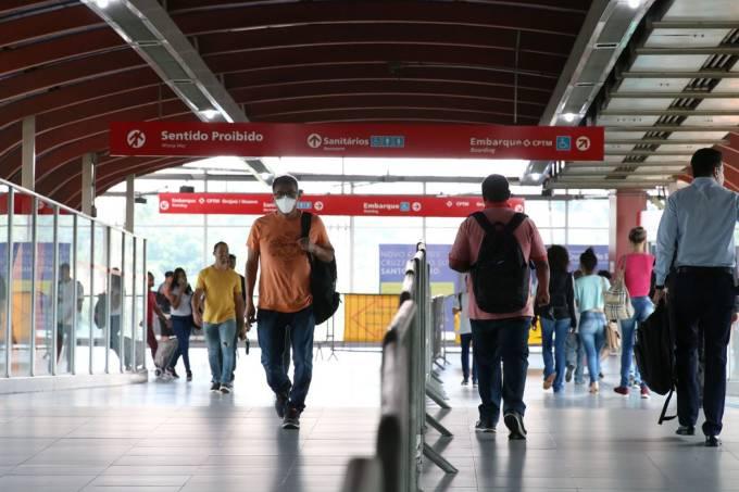 São Paulo – Uso de máscaras por passageiros na estação Pinheiros.