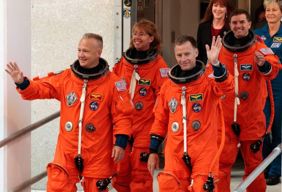 Durante a era dos ônibus espaciais, o uniforme foi pintado de laranja: Doug Hurley (o primeiro da esq. para dir.) fez parte da tripulação do Atlantis, em 2011, o último voo dos Space Shuttles