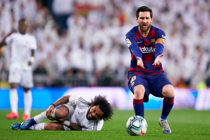 Lionel Messi e Marcelo em ação no clássico Real Madrid x Barcelona