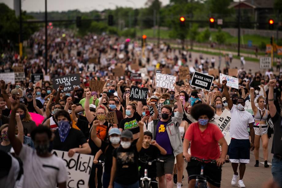 Os manifestantes marcham na Avenida Hiawatha enquanto condenam a morte de George Floyd em  Minneapolis, Minnesota