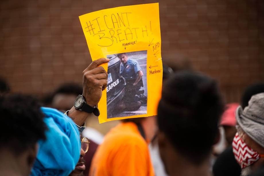 Um manifestante segura uma placa, mostrando uma imagem do vídeo da prisão de George Floyd, do lado de fora da Delegacia 3ª Delegacia em Minneapolis, Minnesota