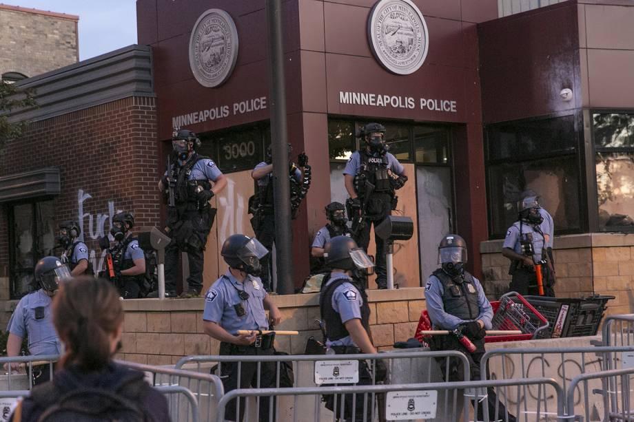 A polícia vigia manifestantes durante o segundo dia de protestos pela morte de George Floyd, em Minneapolis.