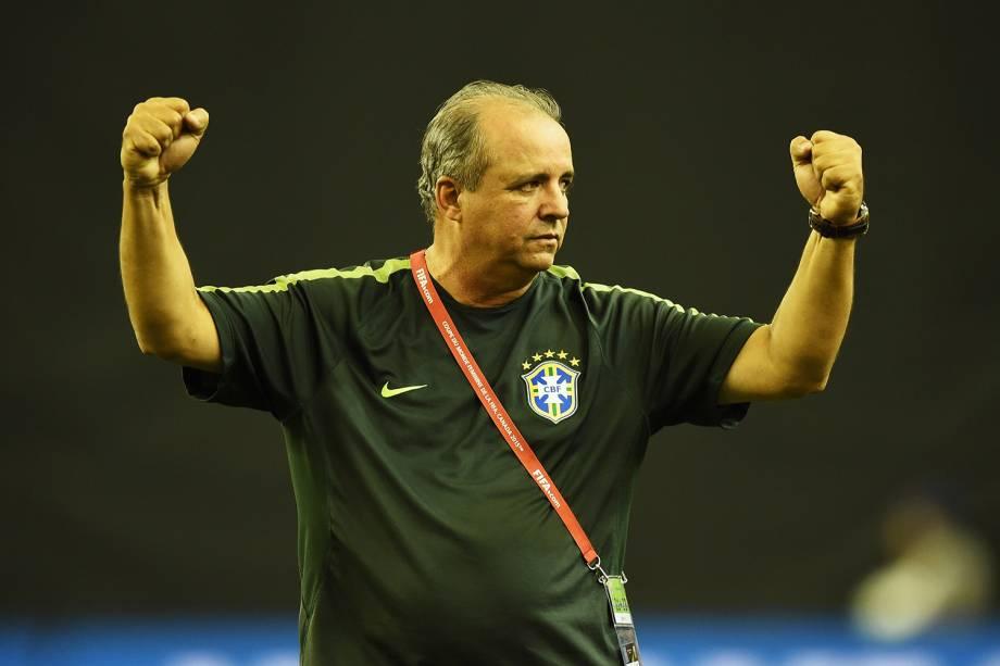 Vadão, treinador do Brasil comemora durante a partida da Copa do Mundo Feminina da FIFA 2015. Naquela edição a Seleção caiu nas oitavas de final.