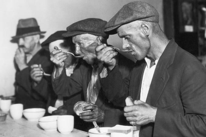 Homens tomando sopa durante a Grande Depressão