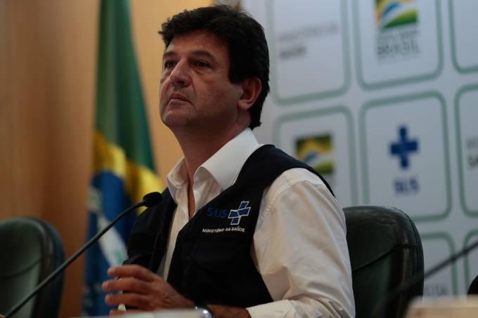 O ministro da Saúde Luiz Henrique Mandetta fala à imprensa