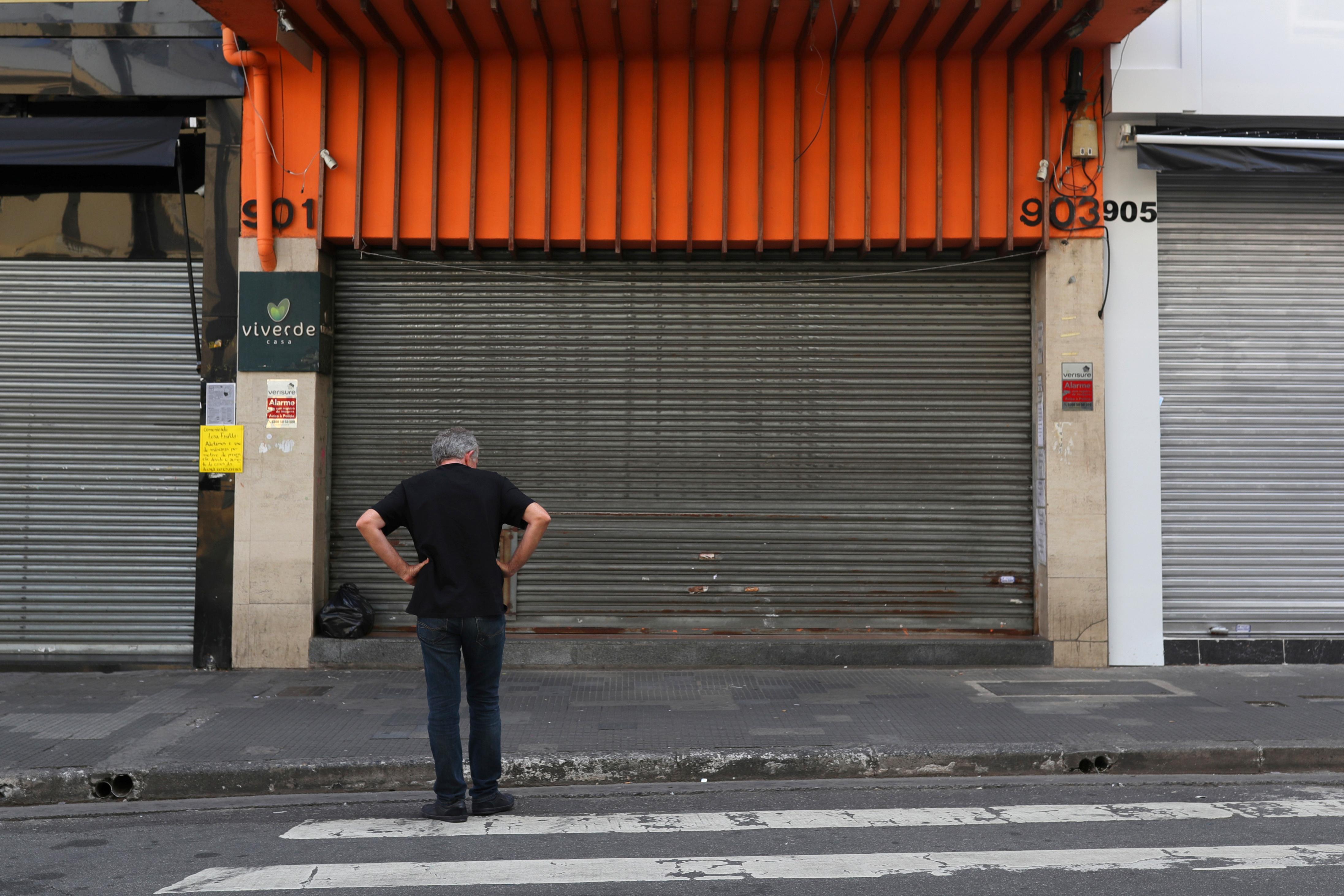 Shoppings pressionam Prefeitura de SP para estender horário de reabertura    VEJA