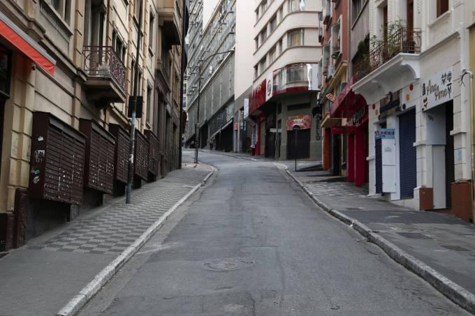 Ladeira Porto Geral, em São Paulo, com lojas fechadas durante quarentena do coronavírus