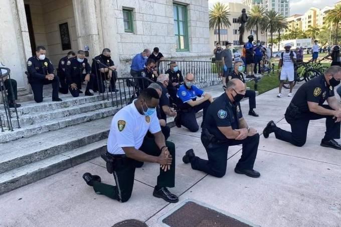 Policiais se ajoelharam e receberam apoio dos manifestantes em Miami