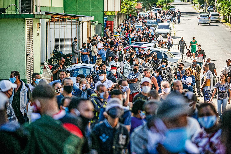 """FILAS - Multidão em Campo Grande, no Rio de Janeiro: espera de horas na rua para sacar o """"coronavoucher"""""""