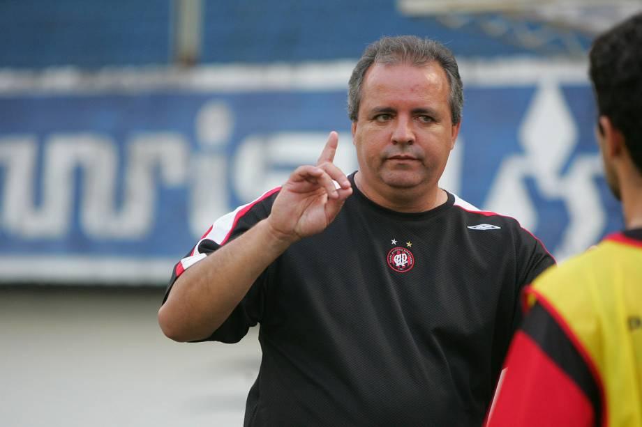 Vadão, técnico do Atlético, durante jogo contra o Grêmio pelo Campeonato Brasileiro 2006, no Estádio Centenário.
