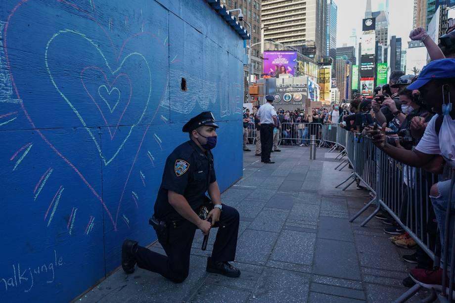 Um policial de Nova York se ajoelha durante uma manifestação na Times Square - 31/05/2020