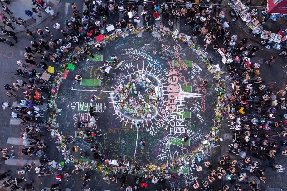 Vista aérea de manifestantes reunidos perto do memorial improvisado em homenagem a George Floyd, após completar uma semana de sua morte, em Minneapolis - 01/06/2020