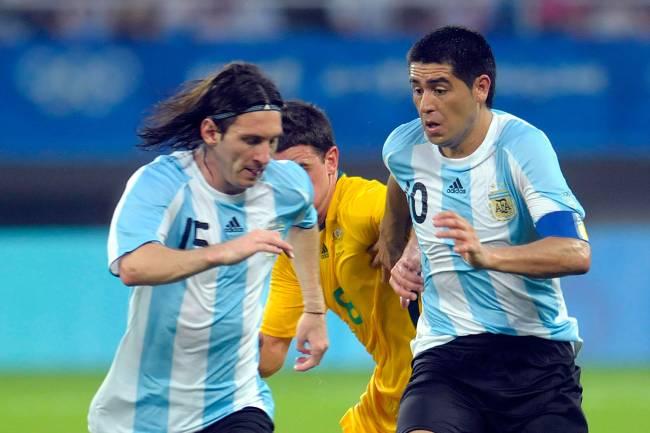 Juan Riquelme e Lionel Messi em ação pela Argentina nos Jogos Olímpicos de Pequim, em 2008