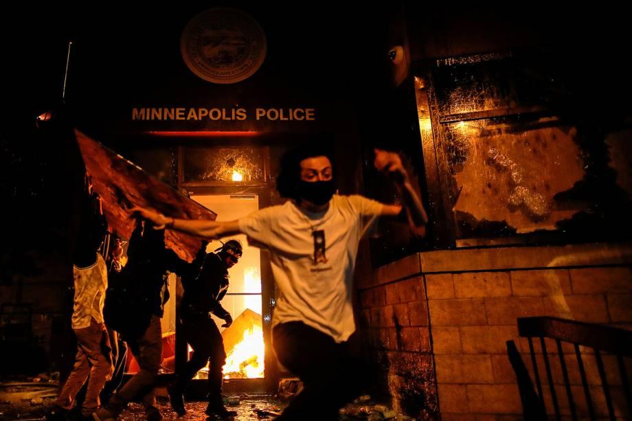 Manifestantes reagem ao atearem fogo à entrada de uma delegacia de polícia, em Minneapolis, Minnesota - 28/05/2020