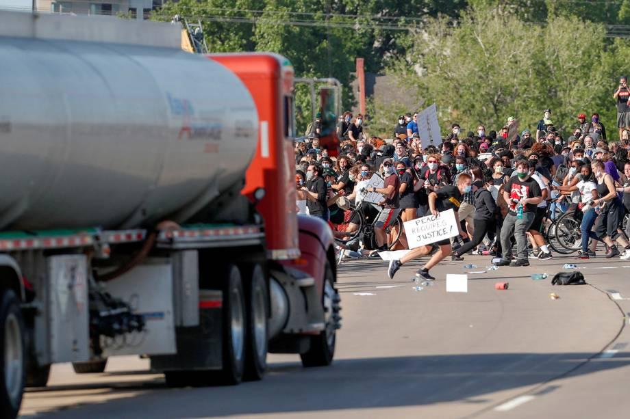 Um caminhão-tanque avança contra manifestantes que marcham na Rodovia Norte durante um protesto, em Minneapolis - 31/05/2020
