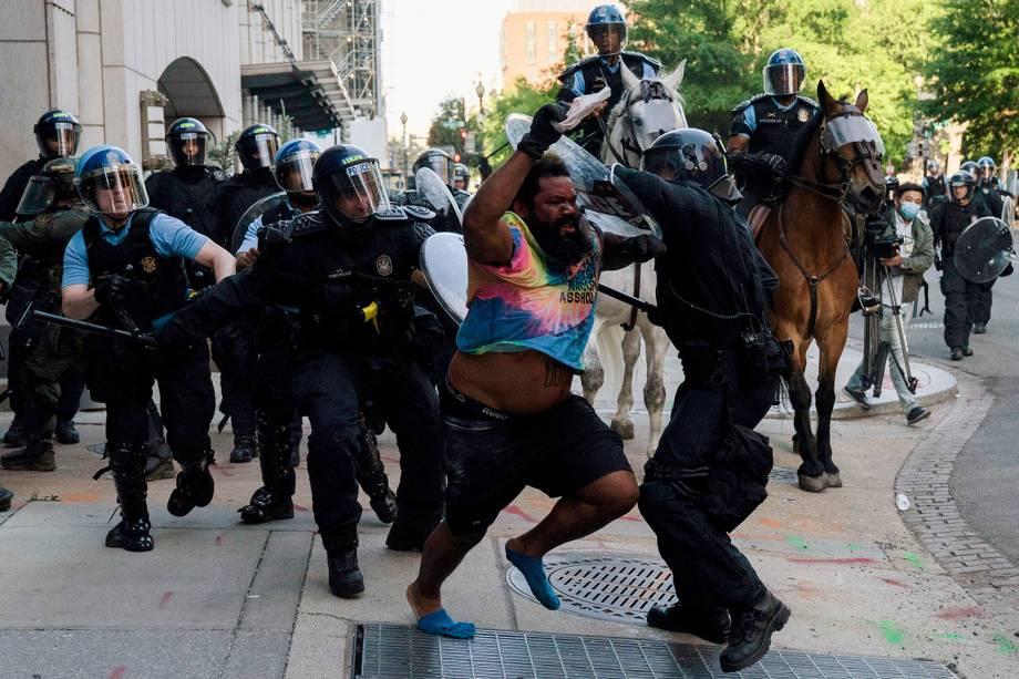 A polícia de choque persegue um homem enquanto apressam os manifestantes para liberar o Lafayette Park e a área ao redor da Casa Branca - 01/06/2020