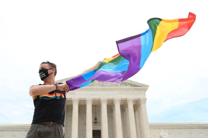 U.S. Supreme Court rules that a federal law banning workplace discrimination also covers sexual orientation in Washington