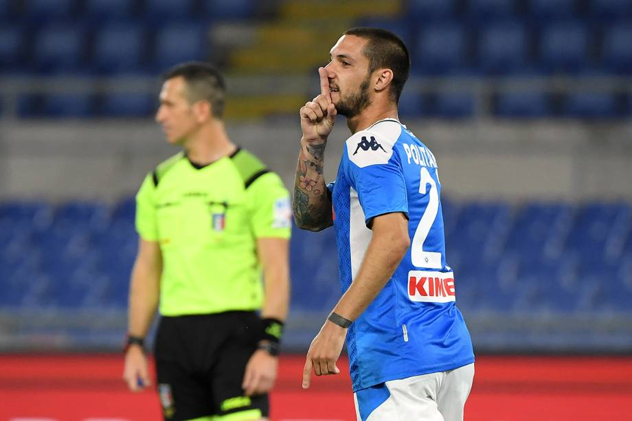 Matteo Politano, do Napoli, provoca ao marcar seu gol de pênalti
