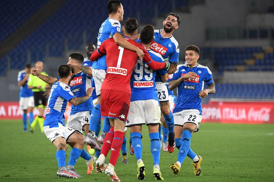 Os jogadores do Napoli comemoram a conquista do título nos pênaltis