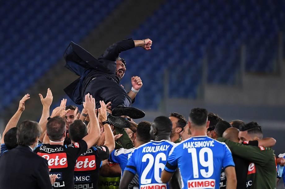 O técnico do Napoli, Gennaro Gattuso, é jogado pelos jogadores em comemoração do título