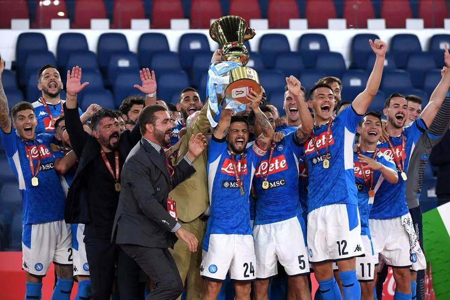 Lorenzo Insigne, do Napoli, levanta o troféu de campeão da Copa Itália