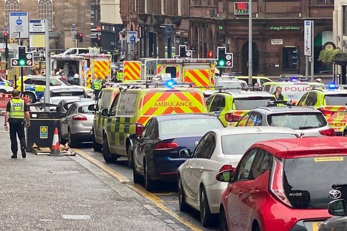 Ambulâncias chegam a local próximo de ataque com faca em Glasgow