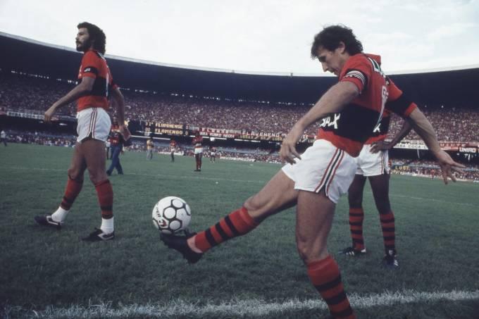 Sócrates e Zico, do Flamengo, no jogo contra o Fluminense, no Maracanã.