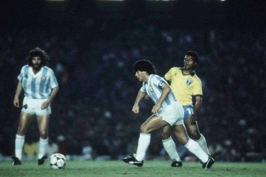 Maradona e Romario durante Brasil x Argentina em partida válida pela Copa América de 89