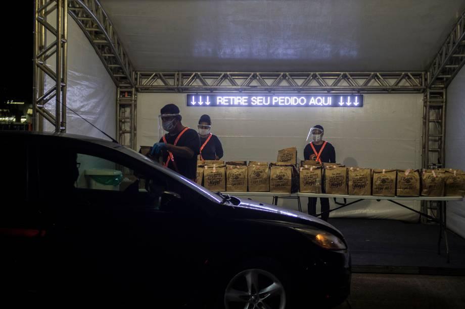 """Uma bomboniere instalada no Memorial da América Latina fica responsável pelo """"kit alimentação"""" para ser entregue ao público"""