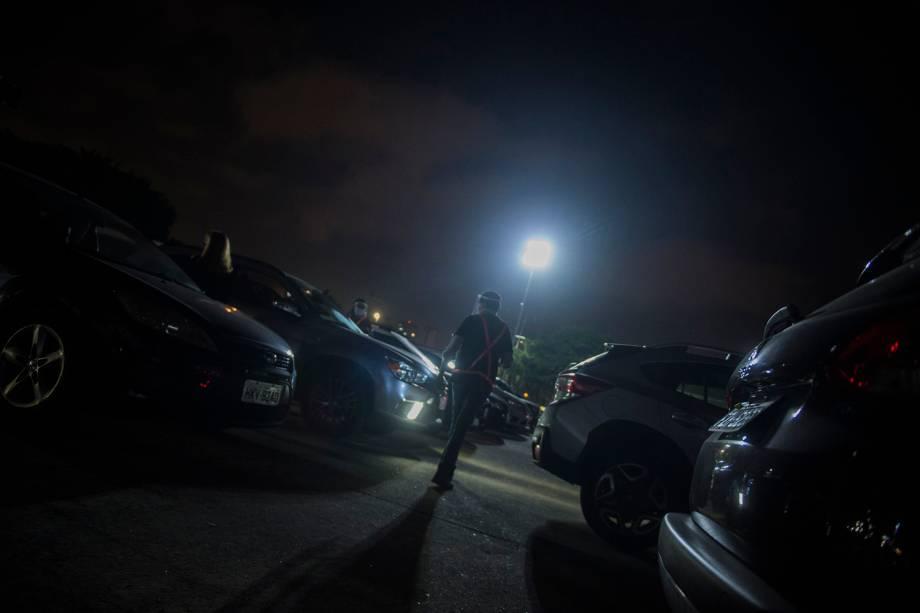 """""""Lanterninhas"""" andando entre os carros para ajudar em alguma solicitação"""
