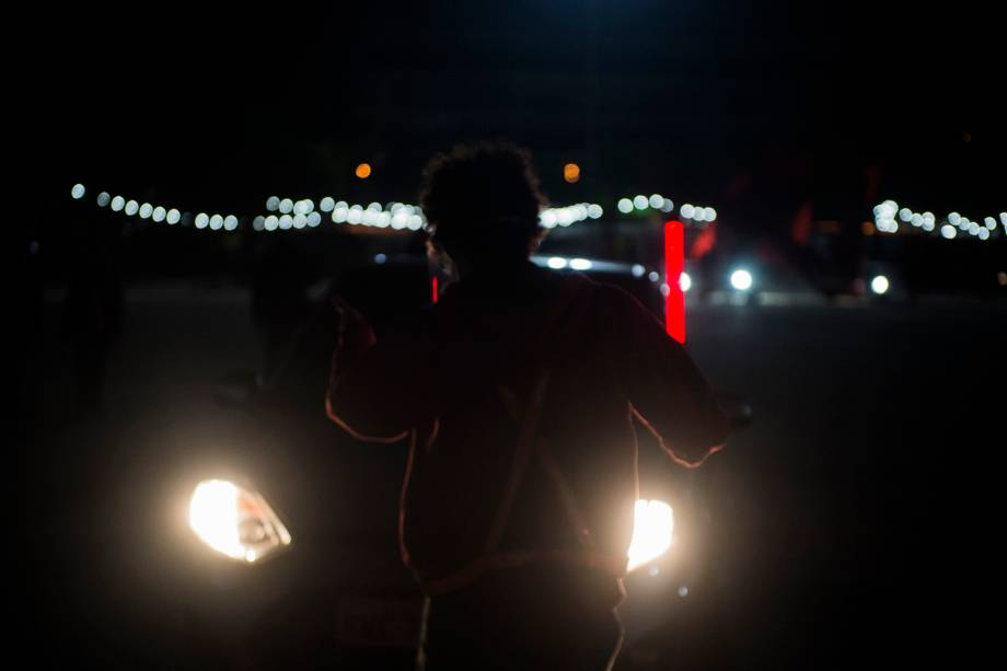 Rapaz utiliza led para orientar o público em qual vaga estacionar