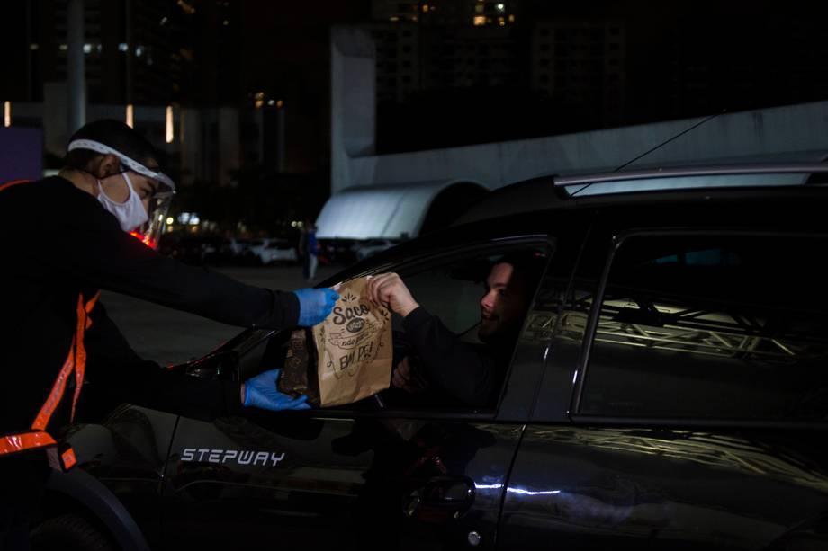 """Primeiro, passam por um stand e sem sair do carro recebem o seu """"kit alimentação"""""""