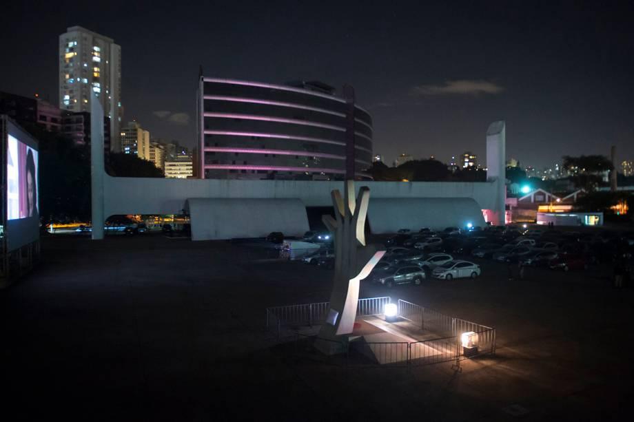"""Sessão de cinema ao ar livre """"Belas Artes Drive-in"""" realizada no Memorial da América Latina, em São Paulo"""