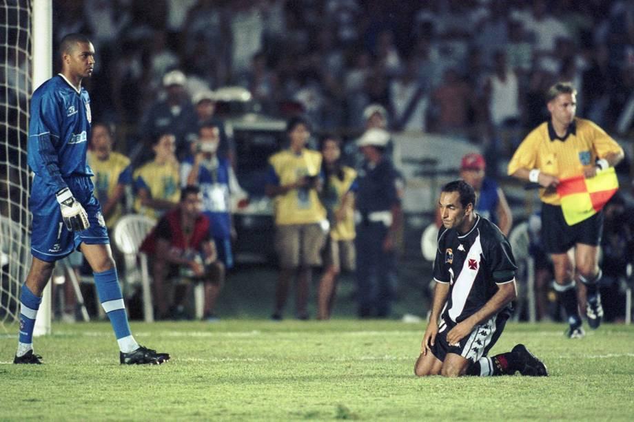 Dida, goleiro do Corinthians, e Edmundo, na finalissíma contra o Vasco, no Mundial de Clubes da Fifa, em 2000