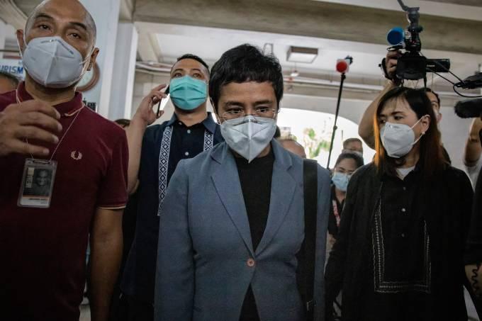 Maria Ressa deixa o tribunal em Manila após condenação