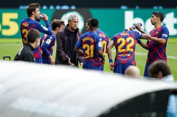 Quique Setién passa instruções aos atletas do Barcelona