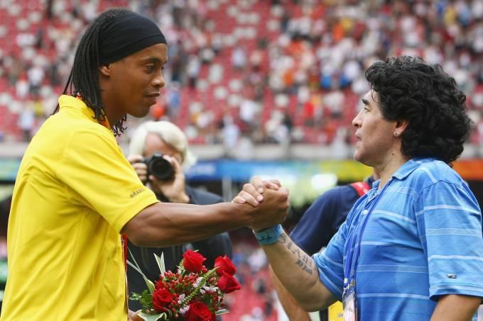 Ronaldinho e Diego Maradona durante a premiação dos Jogos Olímpicos de Pequim-2008