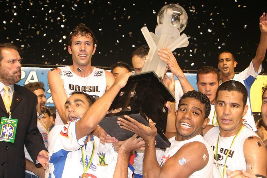 Jogadores do Santo André erguendo o troféu de campeão da Copa Brasil após vitória sobre o Flamengo, em 2004