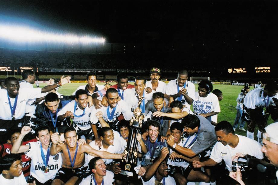 Jogadores do Santos comemorando a conquista do Torneio-Rio São Paulo, após jogo contra o Flamengo, em 1997