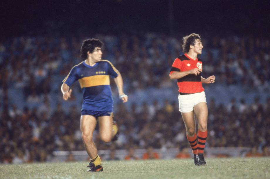 Maradona, do Boca Juniors, e Zico, do Flamengo durante amistoso em 1981