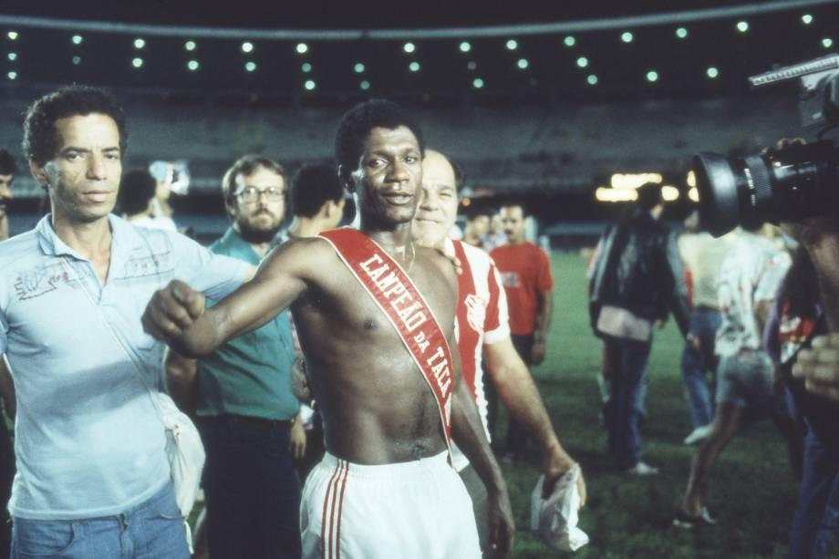 Marinho, do Bangu, com faixa de campeão da Taça Rio 87.