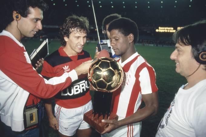 Marinho, do Bangu, recebendo o troféu Bola de Ouro de Zico. 1985