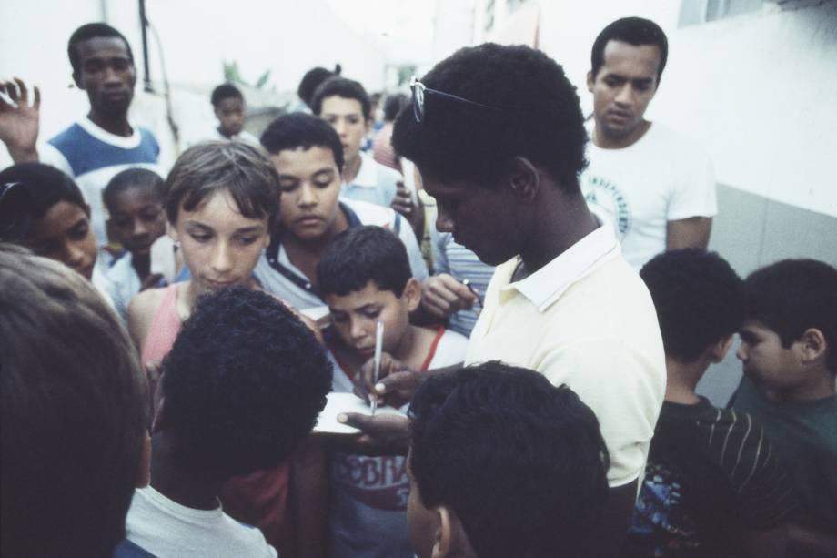 Marinho, do Bangu, dando autógrafos aos torcedores, em 1985