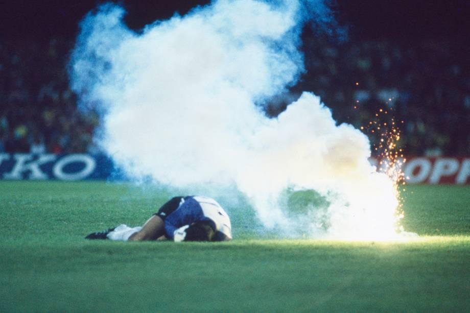 Roberto Antonio Rojas, goleiro do Chile, após ser supostamente atingido por um sinalizador, no jogo contra o Brasil, durante a eliminatória para Copa do Mundo de 1990